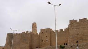 Ribat di Monastir e della lanterna sulla via al giorno nuvoloso in Tunisia, fine su stock footage