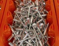 Ribattini di alluminio nella scatola fotografie stock libere da diritti