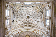 Ribbed valvtak av den Mezquita domkyrkan Arkivfoton