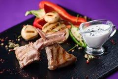 Ribben met saus en salade Royalty-vrije Stock Fotografie
