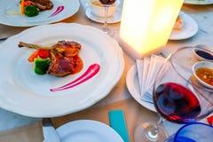 Ribben van het luxe de Heerlijke diner geroosterde die lam op witte plaat worden geplaatst stock fotografie