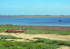 ribble出海口的看法lancashire的与在河的一小渔船和和在岸的老遗弃快艇 库存图片
