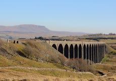 Ribblehead viadukt och Penna-y-ghent North Yorkshire Arkivbild