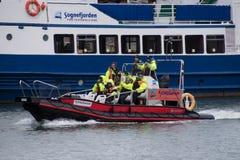 Ribboot met toeristen, Flam, Noorwegen stock afbeelding