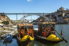 Ribeira, barcos tradicionales en el río del Duero en la ciudad vieja, puente del hierro de Luiz en fondo Imagen de archivo libre de regalías