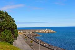 Ribeira Quente港在蓝天在夏天,亚速尔群岛,葡萄牙下 库存图片