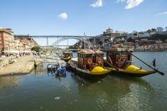 Ribeira, traditionele boten bij Douro-rivier in Oude Stad, Luiz-ijzerbrug op achtergrond Stock Foto