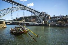 Ribeira, traditionele boten bij Douro-rivier in Oude Stad, Luiz-ijzerbrug op achtergrond Royalty-vrije Stock Foto's