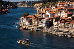 Ribeira tun Porto-Überblick und es ist Riverbanks lizenzfreies stockfoto