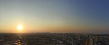 RIBEIRAO PRETO, SAO PAULO, BRASILIEN - Sonnenuntergang an der Allee und an den Gebäuden in der Stadt - Panoramablick Stockfoto