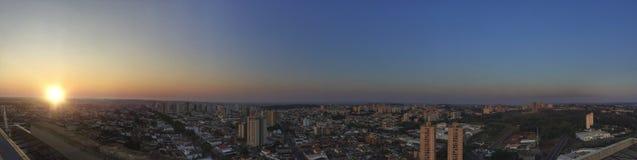 RIBEIRAO PRETO, SAO PAULO, BRASILIEN - Sonnenuntergang an der Allee und an den Gebäuden in der Stadt - Panoramablick Stockbilder