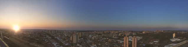 RIBEIRAO PRETO, SAO PAULO, BRASILIEN - Sonnenuntergang an der Allee und an den Gebäuden in der Stadt - Panoramablick Stockfotos