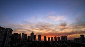 Ribeirao Preto stad i Sao Paulo, Brasilien Region av Joao Fiusa Avenue i solnedgångdag Royaltyfri Foto