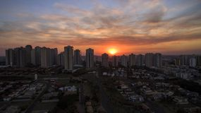 Ribeirao Preto stad i Sao Paulo, Brasilien Region av Joao Fiusa Avenue i solnedgångdag royaltyfri bild