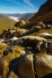 Ribeiro da montanha com as montanhas no backround, Pyrenees foto de stock royalty free