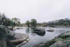 Ribeiro da paisagem com as pedras que fluem para molhar quietamente o fundo fotos de stock