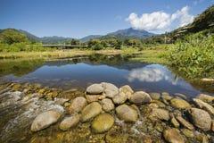 Ribeiro e rochas nas montanhas Imagem de Stock