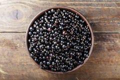Ribes organico fresco antiossidante naturale su un fondo di legno fotografia stock libera da diritti