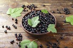 Ribes organico fresco antiossidante naturale su un fondo di legno immagine stock