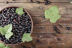 Ribes organico fresco antiossidante naturale su un fondo di legno immagini stock libere da diritti