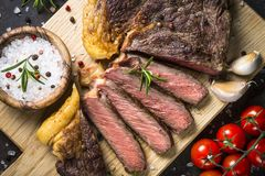 Ribeye grelhado do bife na placa de corte de madeira fotos de stock royalty free
