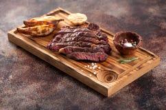 Ribeye grelhado raro médio cortado do bife com batatas fritadas imagens de stock