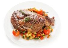 Ribeye-Steak mit Aufruhr briet das Gemüse, das auf Weiß lokalisiert wurde Stockfotografie