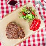 Ribeye-Steak mit Gemüsesalat Lizenzfreie Stockfotografie