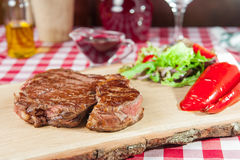 Ribeye-Steak mit Gemüsesalat Stockfotografie