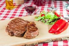 Ribeye-Steak mit Gemüsesalat Lizenzfreies Stockfoto