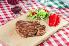 Ribeye-Steak mit Gemüsesalat Lizenzfreies Stockbild