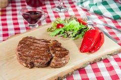 Ribeye-Steak mit Gemüsesalat Stockbilder