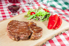 Ribeye-Steak mit Gemüsesalat Stockfotos