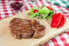 Ribeye-Steak mit Gemüsesalat Lizenzfreie Stockbilder
