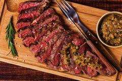 Ribeye-Steak und Senfsoße mit Essiggurken Stockbild