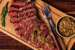 Ribeyelapje vlees en mosterdsaus met groenten in het zuur Royalty-vrije Stock Foto