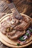 Ribeyelapje vlees op een raad royalty-vrije stock foto's