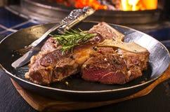 Riblapje vlees in een Pan Stock Fotografie