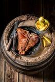 Riblapje vlees met spaanders op oud vat Royalty-vrije Stock Fotografie