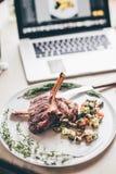 Riblapje vlees op een witte plaat met ratatouille Stock Foto's