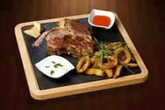 Riblapje vlees op houten plaat Royalty-vrije Stock Afbeelding