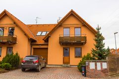 Ricany, Cszech共和国- 2018年1月02日:现代大厦在村庄Ricany,位于在布拉格附近 免版税图库摄影