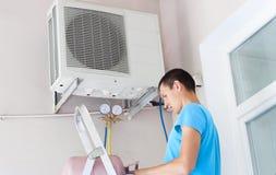 Ricarica del condizionatore d'aria di Freon Fotografia Stock