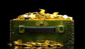 Ricchezze, monete di oro in una cassa Fotografia Stock