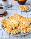 Ricci dell'ananas in pasta sfoglia, al forno sotto forma di fiori fotografia stock