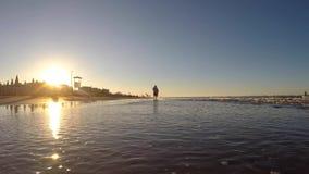 Riccione, Italia Gente que camina en la salida del sol en la playa Estación de verano Región de Emilia Romagna MAR ADRIÁTICO almacen de metraje de vídeo