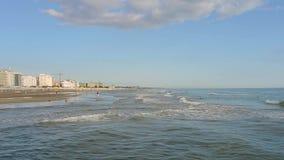 Riccione, Italia La riva della spiaggia durante l'ora legale Emilia Romagna stock footage
