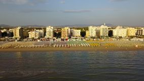 Riccione, Italia Opinión aérea del abejón de la orilla de la costa costa durante tiempo de verano metrajes
