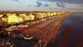 Riccione, Italia Vista aerea del fuco degli ombrelli e dei gazebos sulle spiagge sabbiose italiane ad alba Litorale adriatico video d archivio
