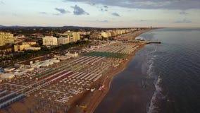 Riccione, Italia Vista aerea del fuco degli ombrelli e dei gazebos sulle spiagge sabbiose italiane ad alba Litorale adriatico stock footage
